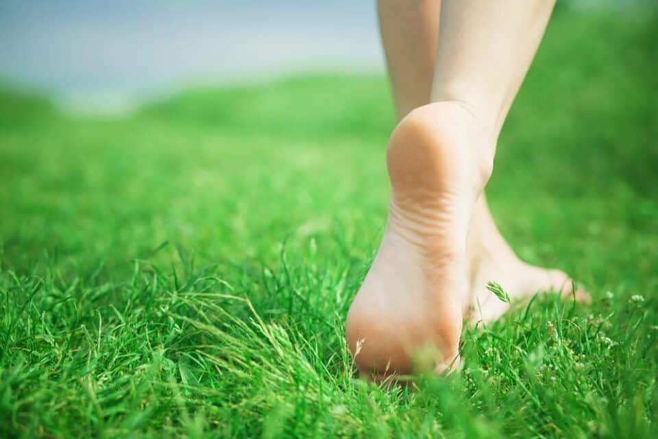Andar descalço – Principais benefícios que oferece para a saúde