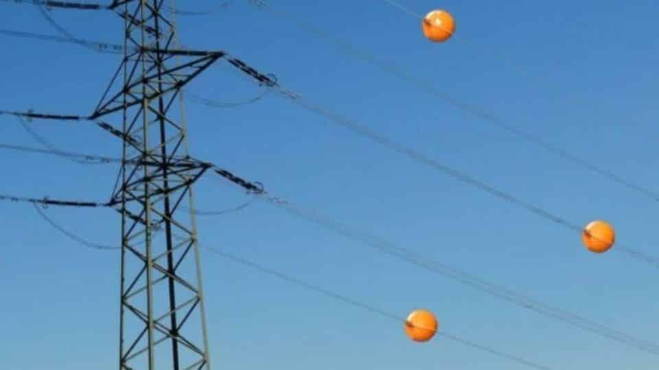 Bolas laranjas nos fios, o que significam? Para que servem