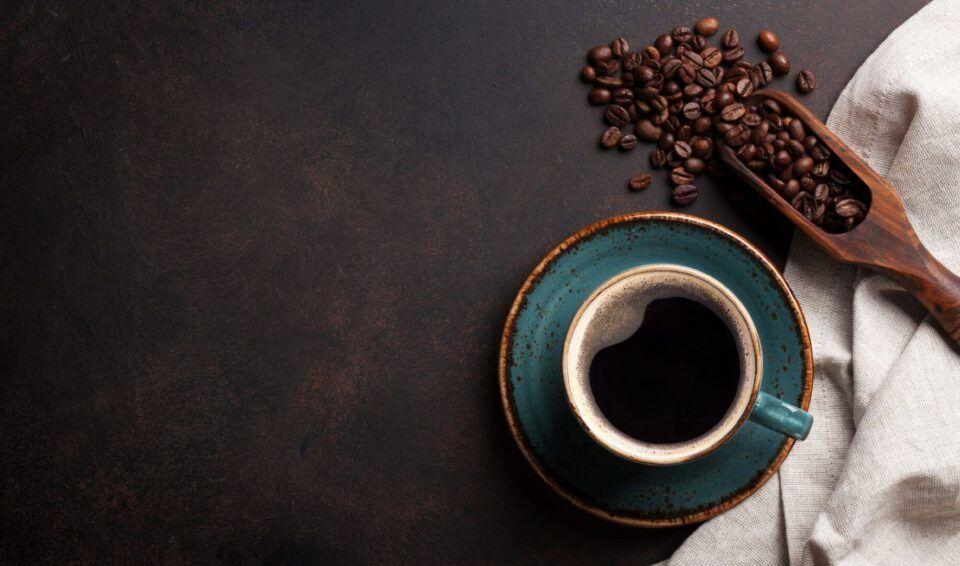 Café descafeinado, como ele é produzido? Principais benefícios