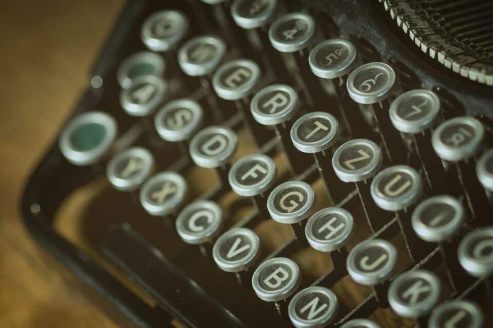 Máquina de escrever – História e modelos desse instrumento mecânico