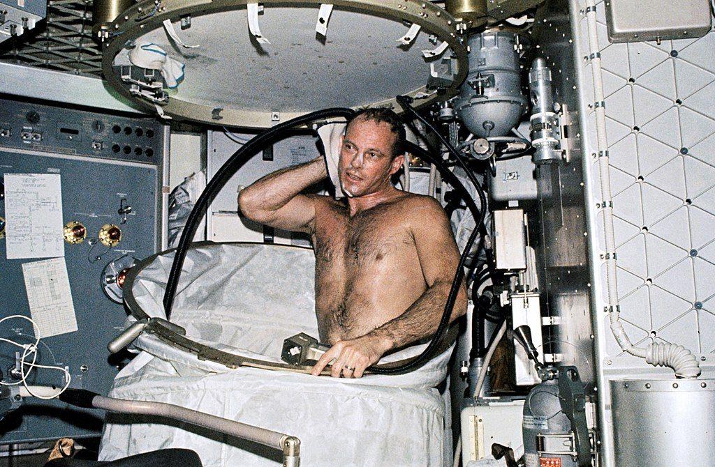 Banheiro no espaço - como os astronautas praticam a higiene pessoal