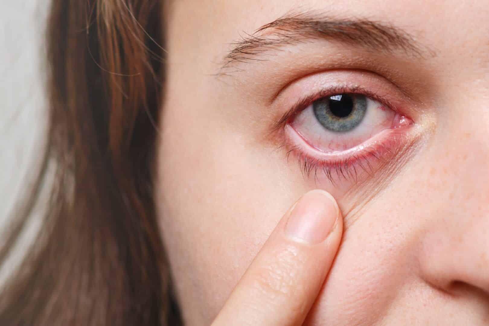 Fotografia de uma mulher com o olhar em foco para ilustração do item