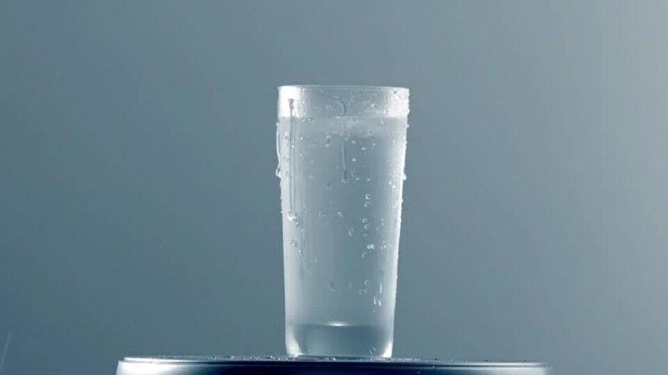 Por que um copo de água gelada transpira? Ciência explica o fenômeno