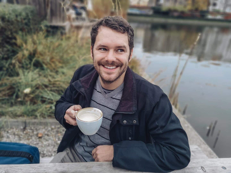 Fotografia de um homem tomando café para ilustração do item