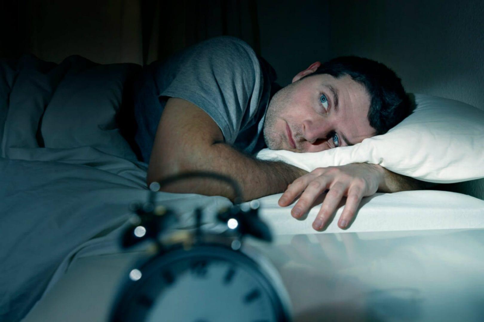 Fotografia de uma pessoa acordada no escuro para ilustração do item