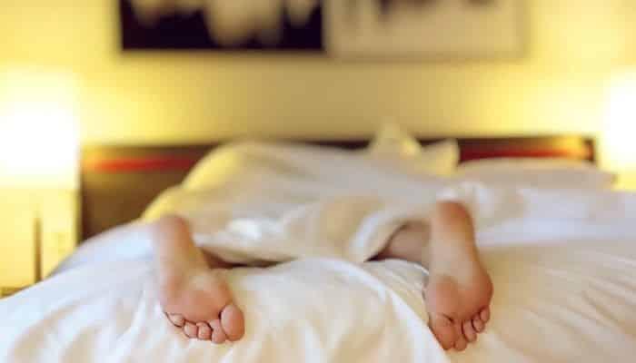 Dormir pelado: benefícios e porquê você deve adotar este hábito