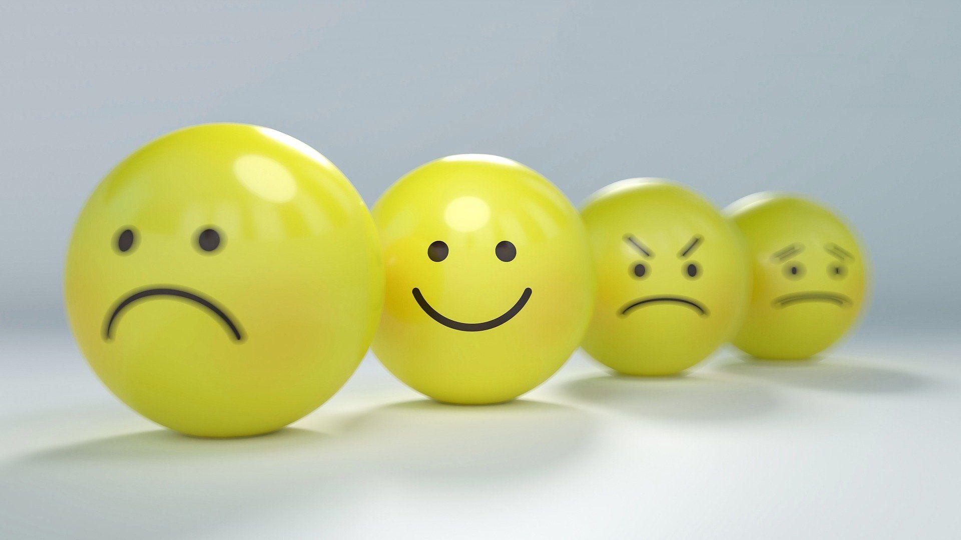 Fotografia de bolinhas amarelas com diferentes expressões faciais para ilustração do item
