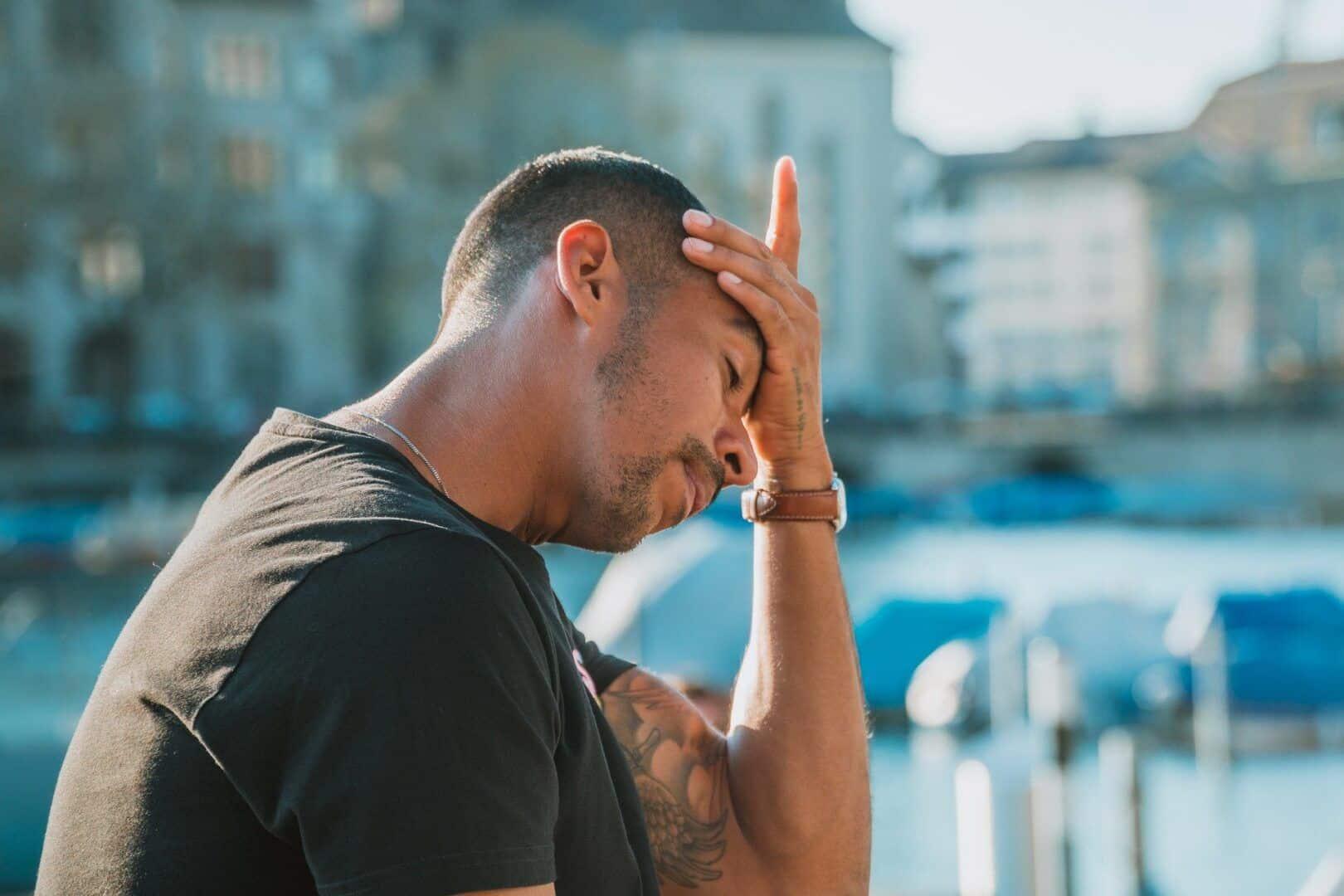 Fotografia de um homem segurando a cabeça para ilustração do item