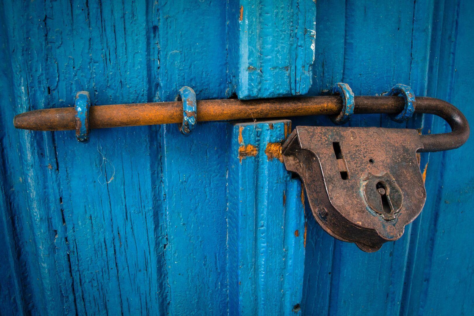 Fotografia de uma porta trancada para ilustração do item
