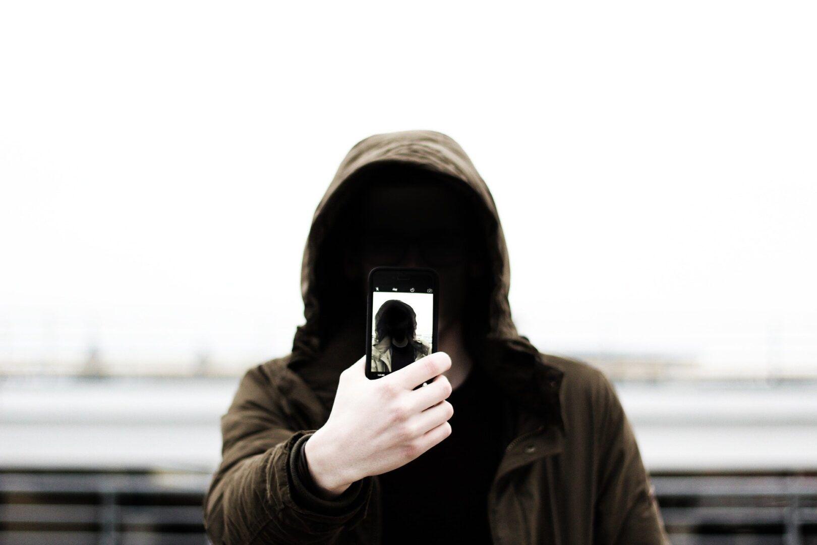Fotografia de um homem tirando selfie para ilustração do item