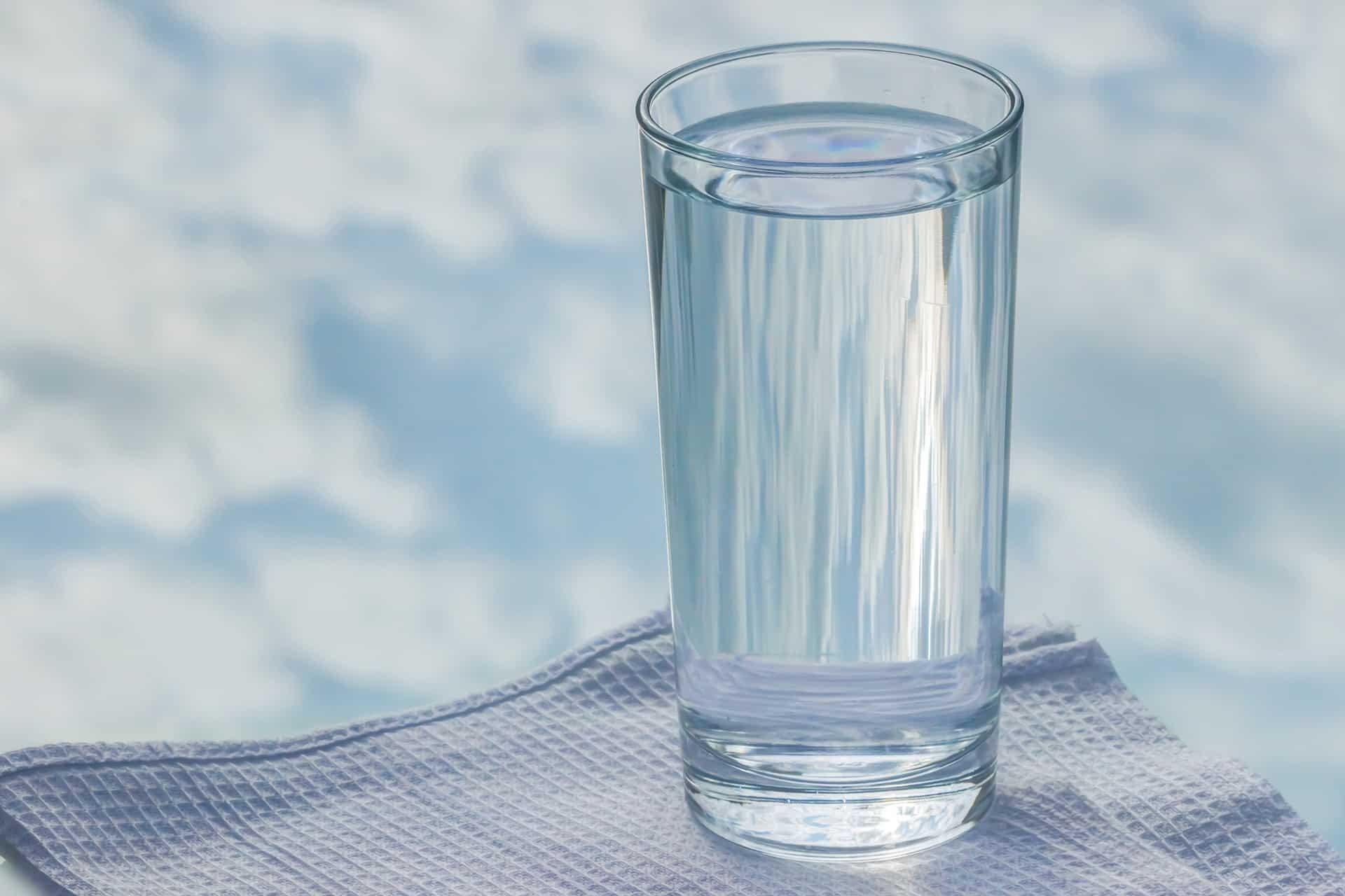 Fotografia de um copo de água para ilustração do item