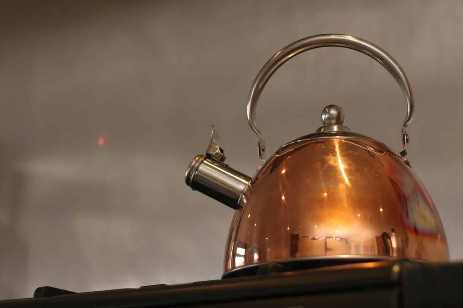 Fotografia de água fervendo num bule para ilustração do item