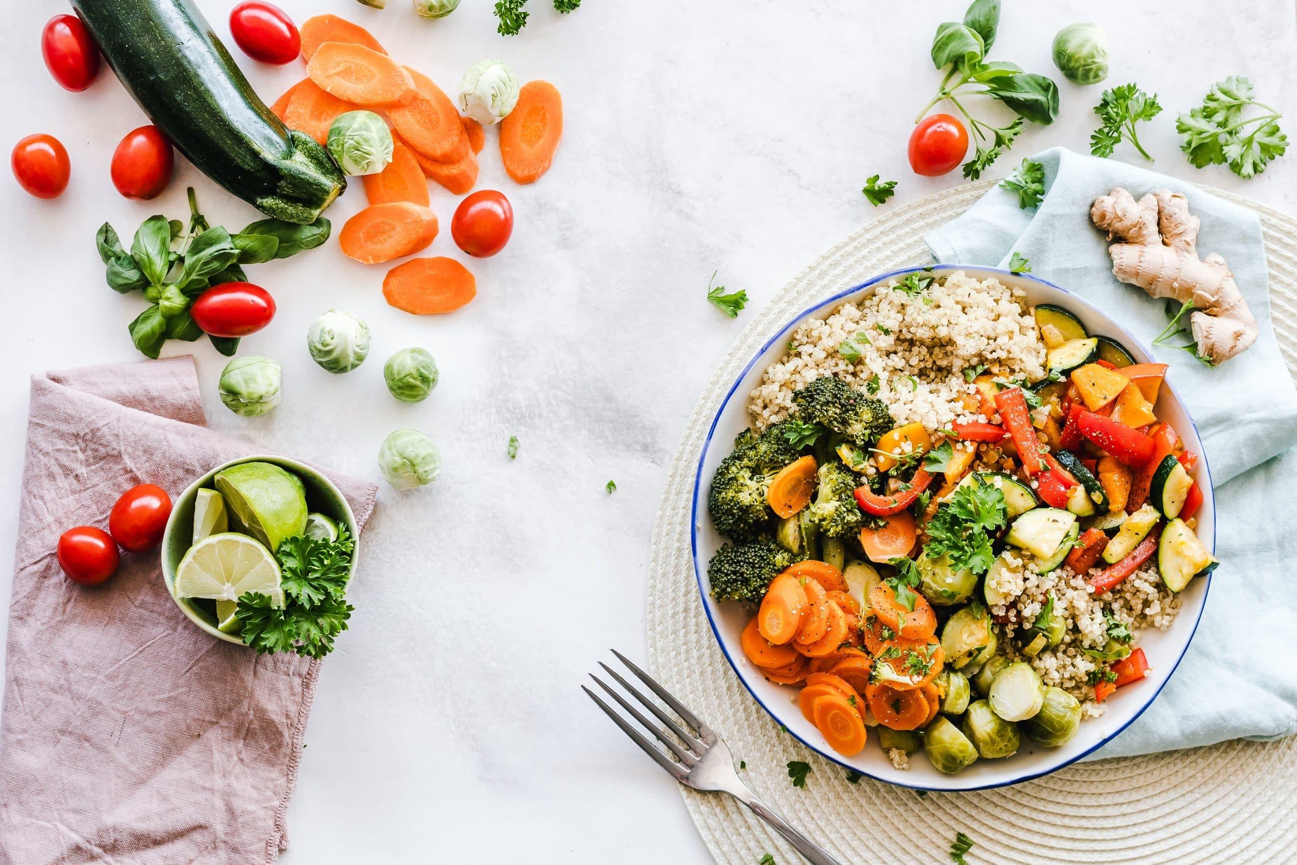Fotografia de um prato de comida colorido para ilustração do item