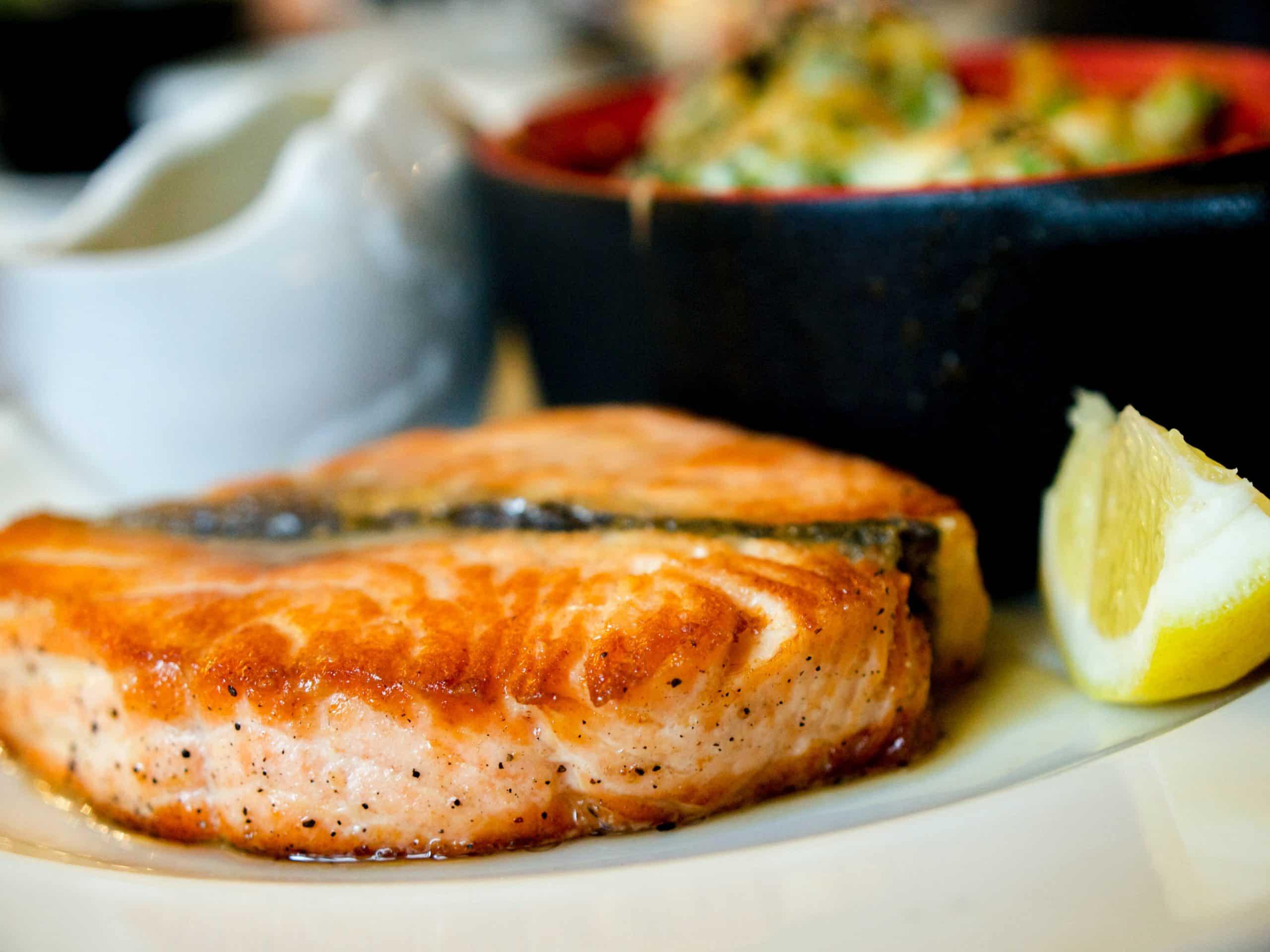 Fotografia de um prato com salmão para ilustração do item