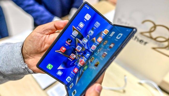 Celular que dobra ao meio: confira os aparelhos disponíveis no mercado