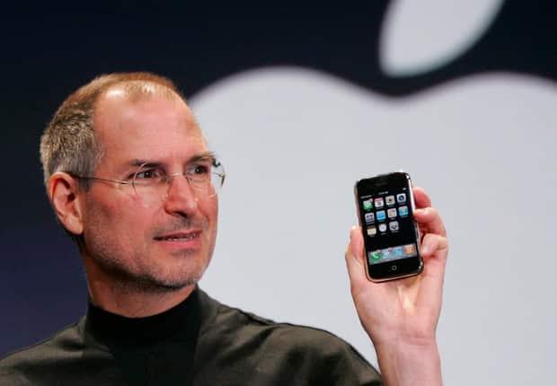 Steve Jobs e o primeiro aparelho celular da Apple