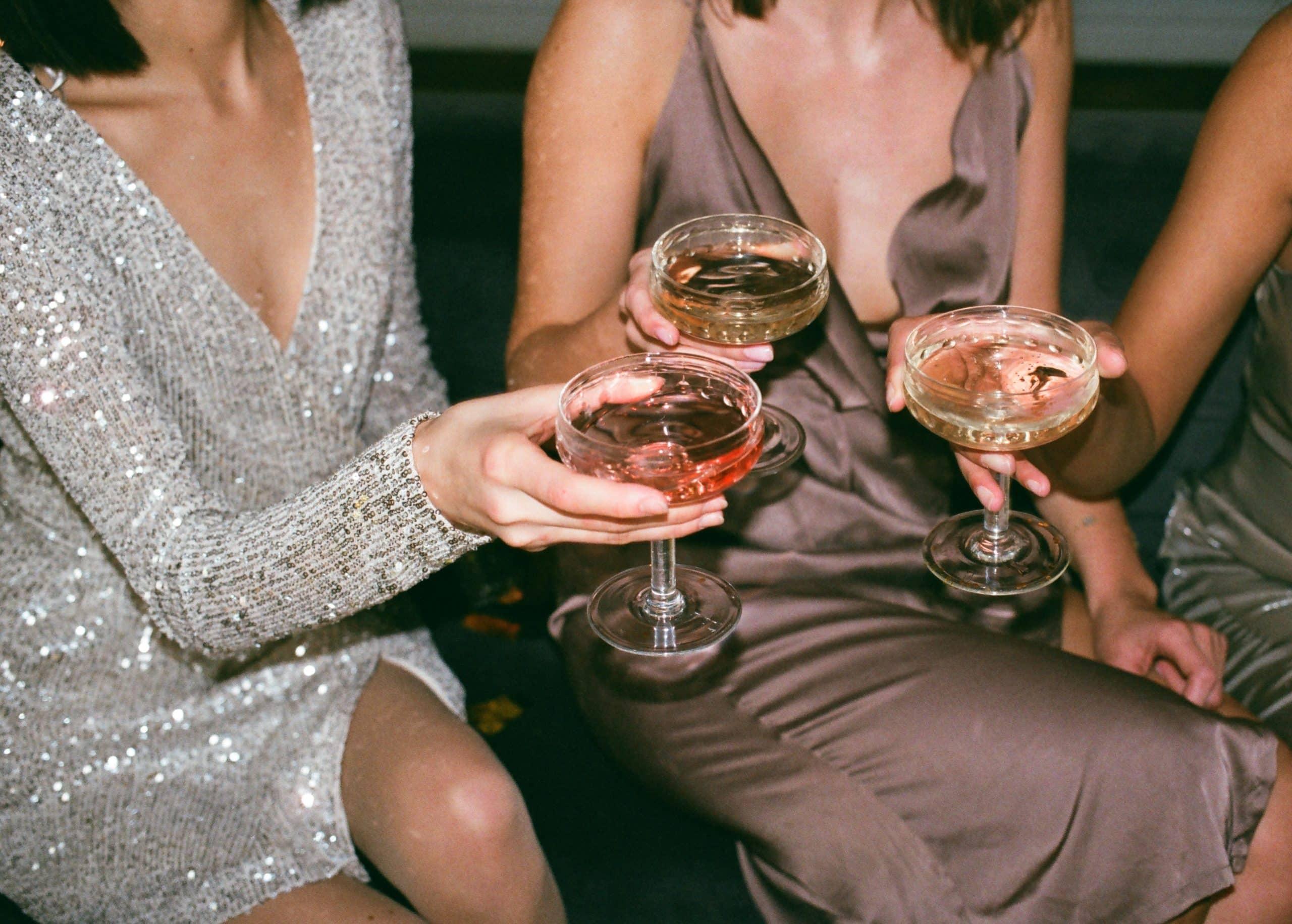 Fotografia de mulheres bebendo