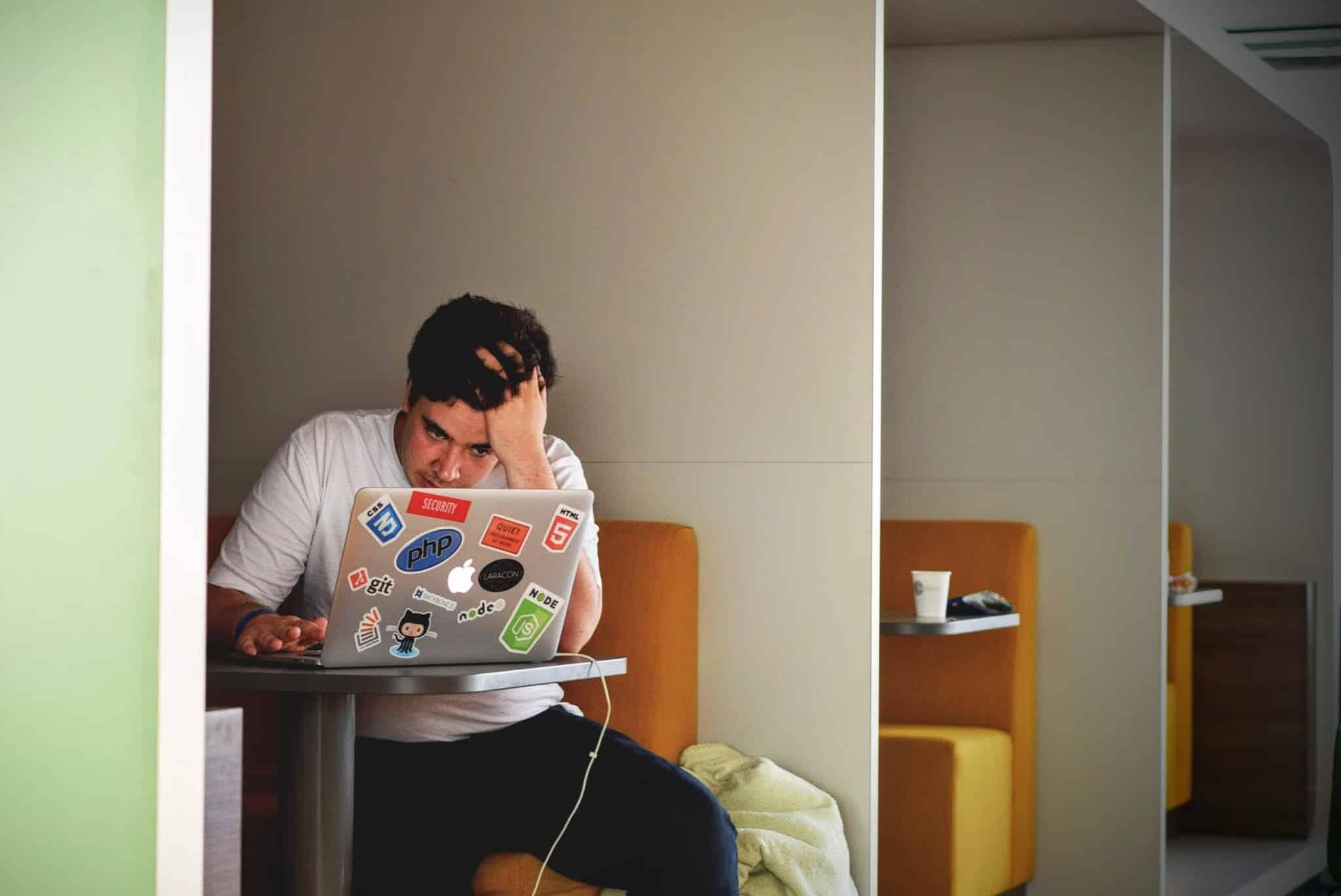 Fotografia de uma pessoa estressada