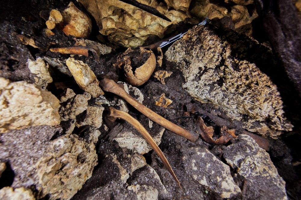 Fotografia de resquicios encontrados no poço maldito