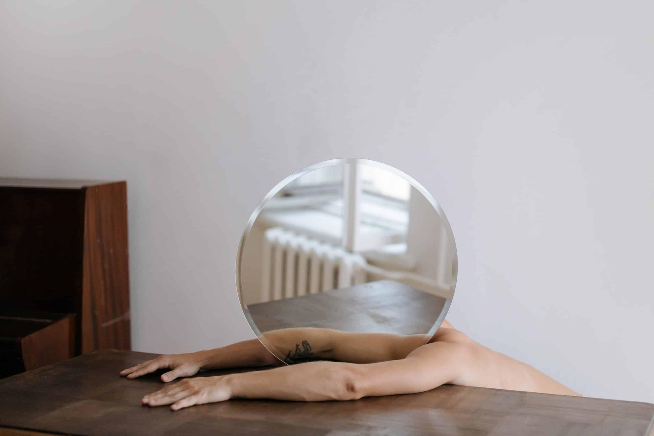 História do espelho: origem e curiosidades sobre o objeto