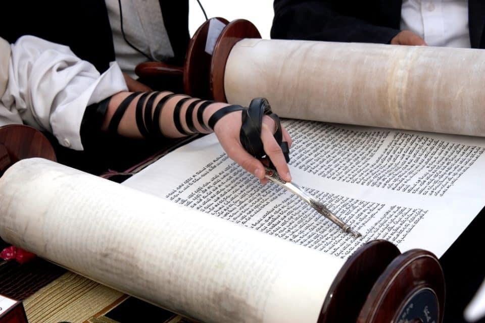 O que é Torá? Origem, significado e importância do livro