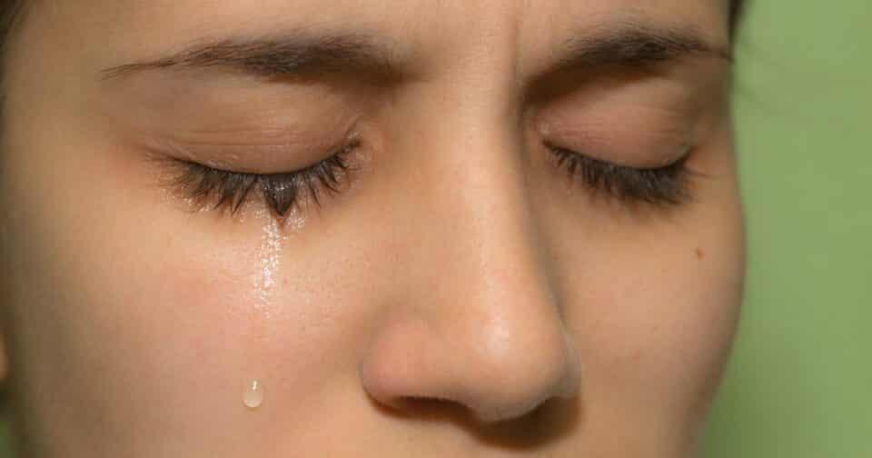 Olhos inchados de chorar: o que causa e como aliviar o inchaço