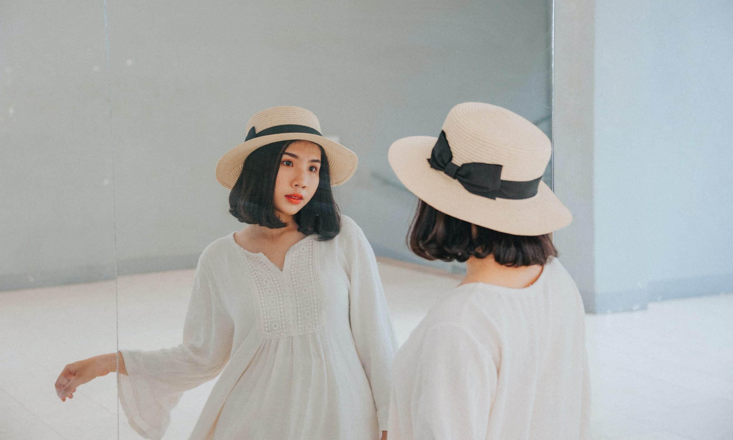 Fotografia de uma mulher olhando no espelho