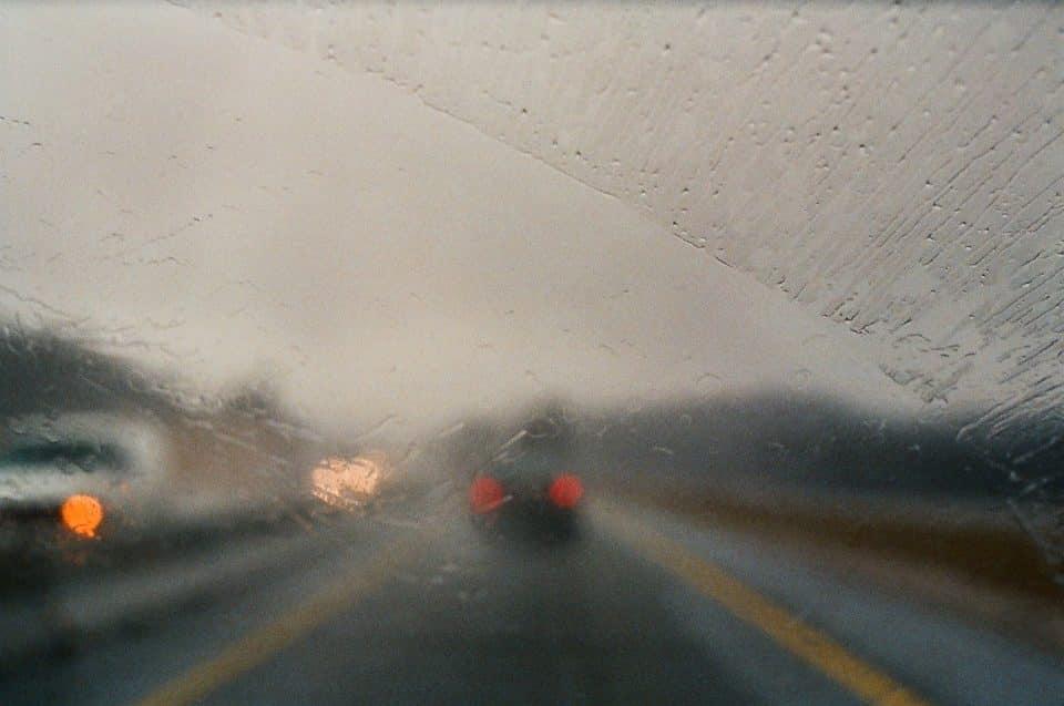 Vidro embaçado é um problema para o motorista: saiba como evitá-lo